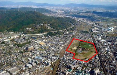 西側上空から見た安満遺跡(赤い囲み・2008年11月撮影)。