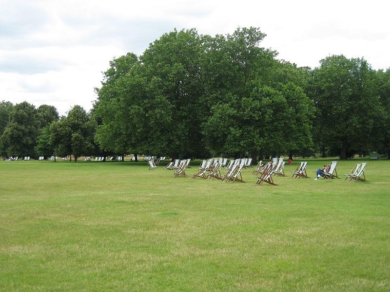 料金看板等はないが、芝生地に置かれたチェアは有料。