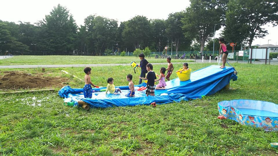 朝霞の森(埼玉県朝霞市)でのプレーパーク。この日は水遊びで夏を満喫。