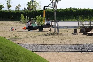 公園で既存の遊具で遊ぶ親子。