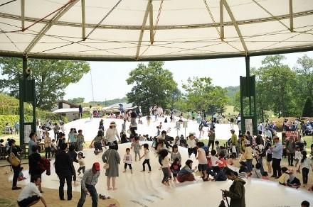 写真1 子供たちに大人気の飛んで跳ねて遊べる遊具(ふわふわドーム)。