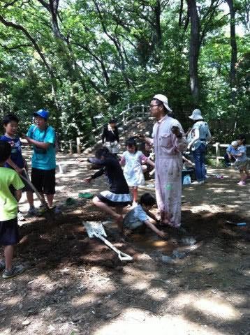 泥んこになって子どもたちと遊ぶ筆者