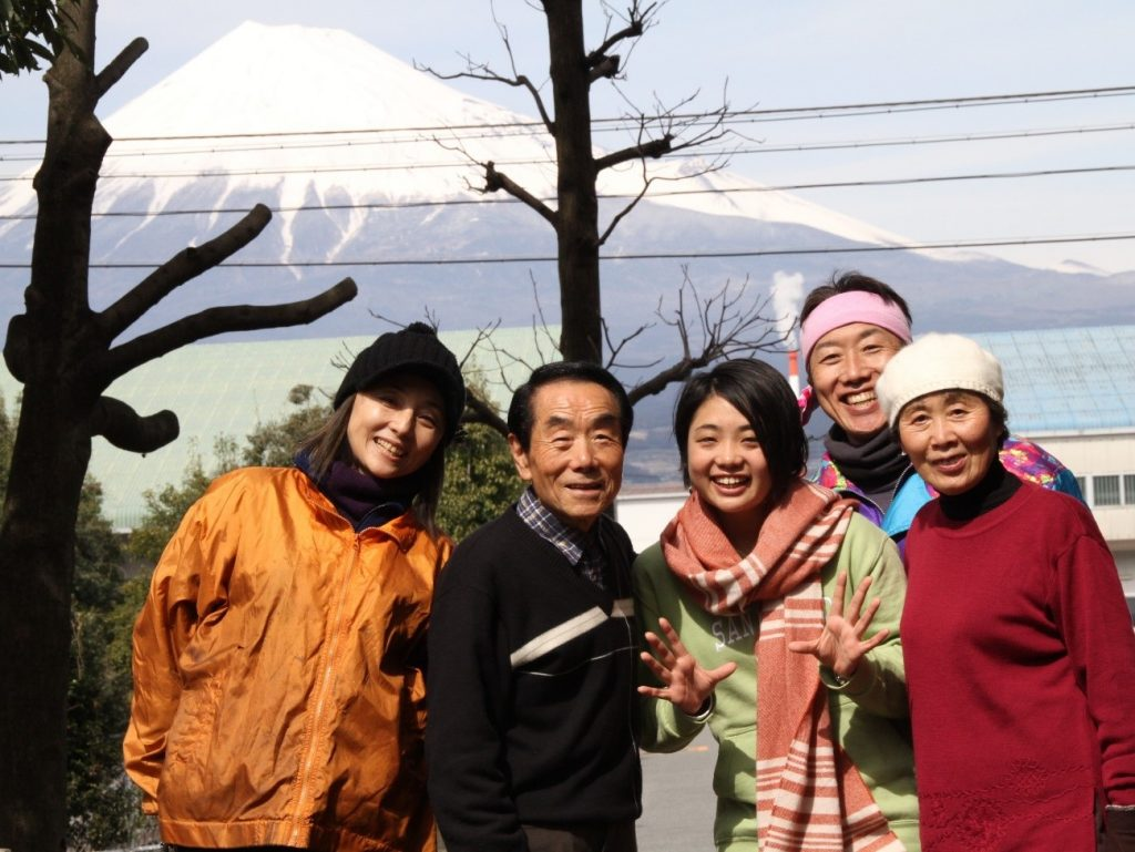 島田公園で、たごっこの支援者でもある家族と<br/>富士山をバックに。一番左が美樹さん。