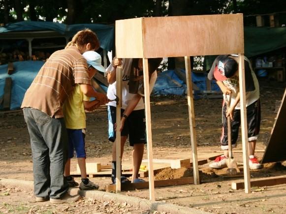 廃材工作に使う廃材は、参加者が持ってきたり、<br/>近所に住む大工さんが分けてくれる。