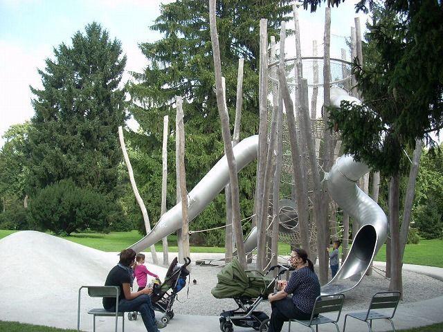 既存の樹木を大切にしながら子供の遊び場を整備している。