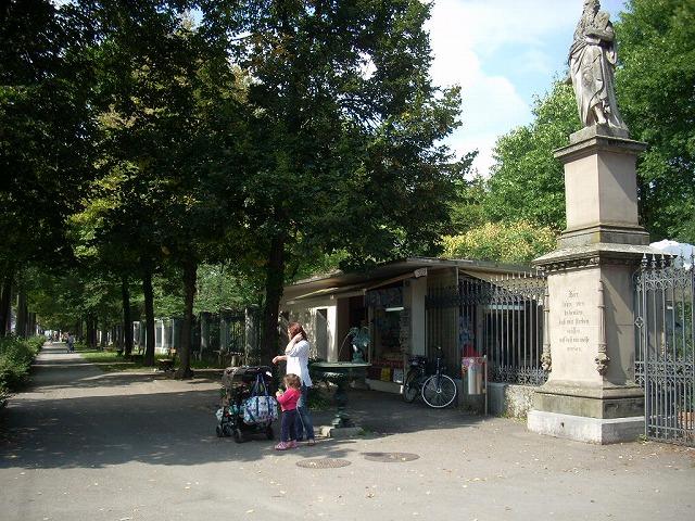 入り口の像や公園を囲む塀がヨーロッパの公園らしい。