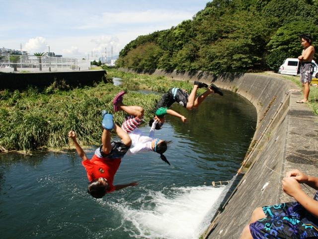 夏はもちろん、春や秋にも川にダイブする子供たち。
