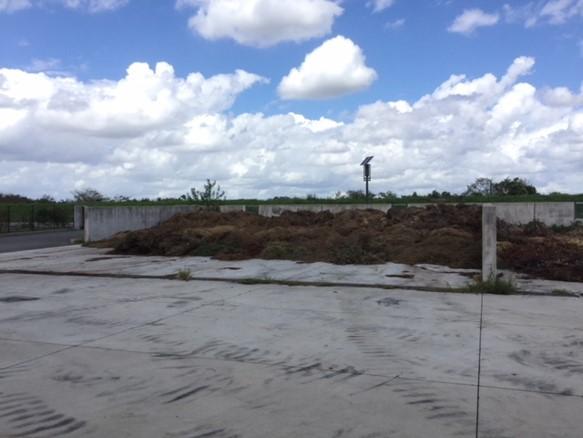 2019年4月からはコンポストセンターの草本類のストックヤードにて微生物資材を添加して堆積状態を改善する。