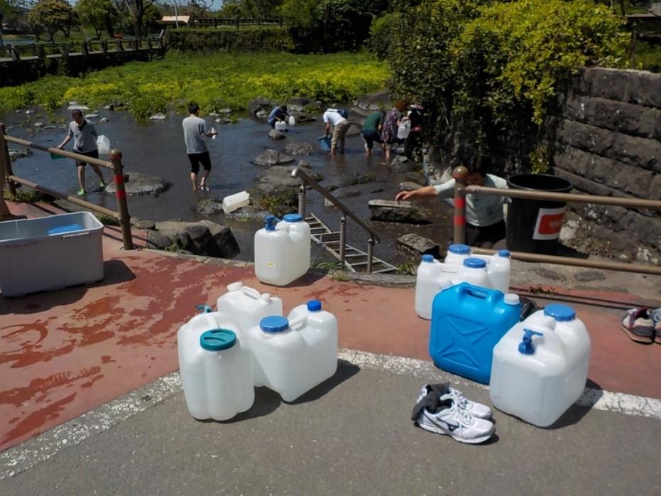 地震の後、大勢の市民が江津湖に<br/>水を汲みに来た