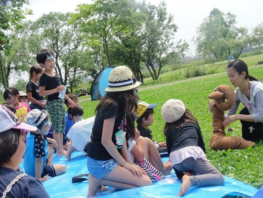 余震がある中でも、屋外人形劇を楽しむ子供たちの表情は<br/>リラックスしている