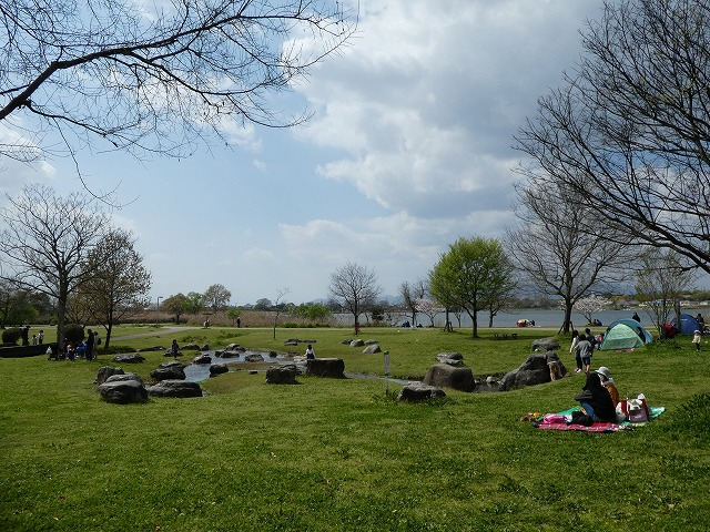 湖のほとりに芝生広場の広がる広木地区