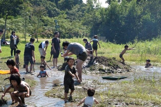 最初は写真を撮っていた大人も、次第に泥の中へ