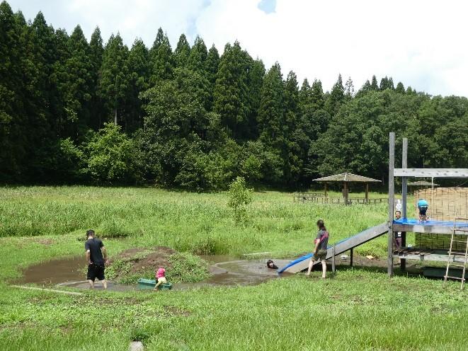 常設となった滑り台と土の山は人気がある