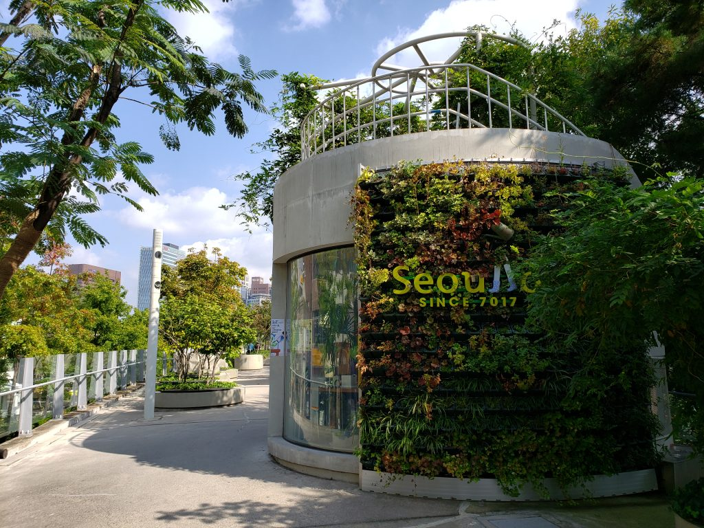 壁面緑化された建物では環境教育の体験ができる