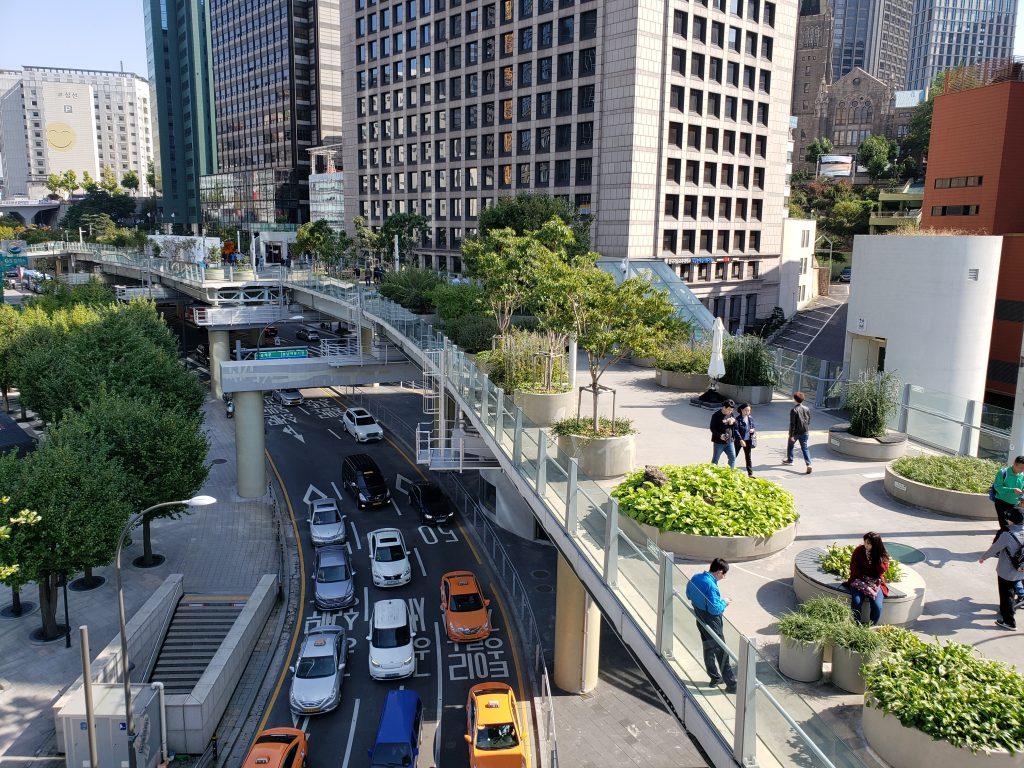 「ソウル路7017」には展望台があり、緑道を一望できる