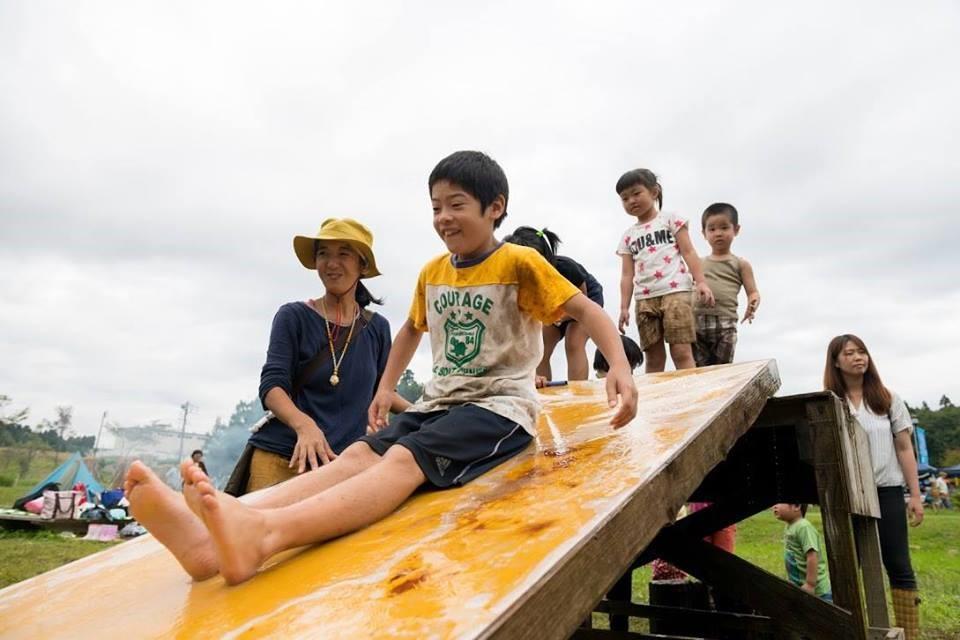 「青空くるくる」のイベントの1つ、泥んこ遊びで大人気の滑り台