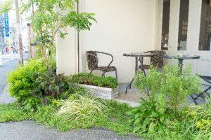 緑が気持ちよいカフェのテラス