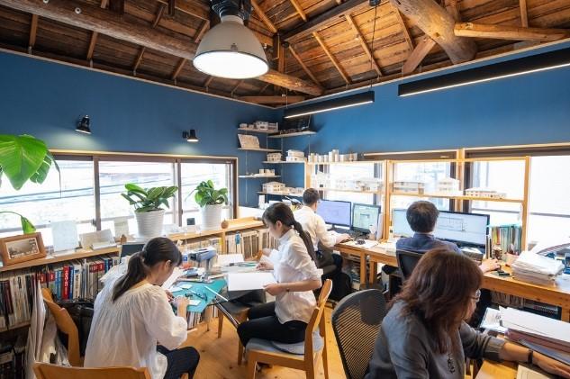 窓が多く自然光が心地よい事務所内(2階)