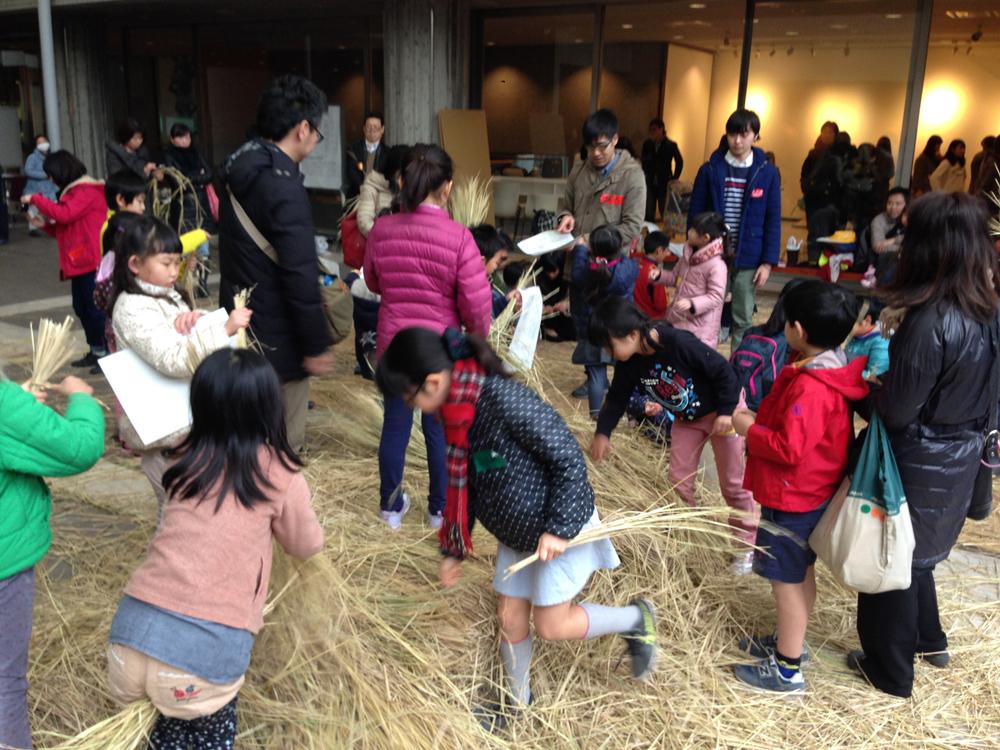 藁で遊ぶワークショップ<br>けんちくひろば「子どもの建築ワークショップ」<br>(日本建築学会)