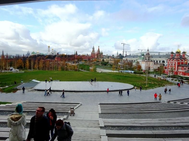 円形劇場からは、草原越しにクレムリンや聖ワシリイ大聖堂まで見通せる