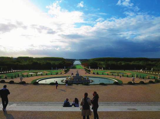 ラトナの泉水とビスタが見通せるよう、庭園には高低差がついている