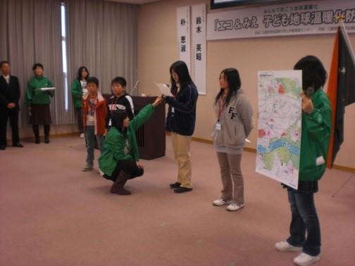 亀山東小学校の児童によるホタル探しの発表