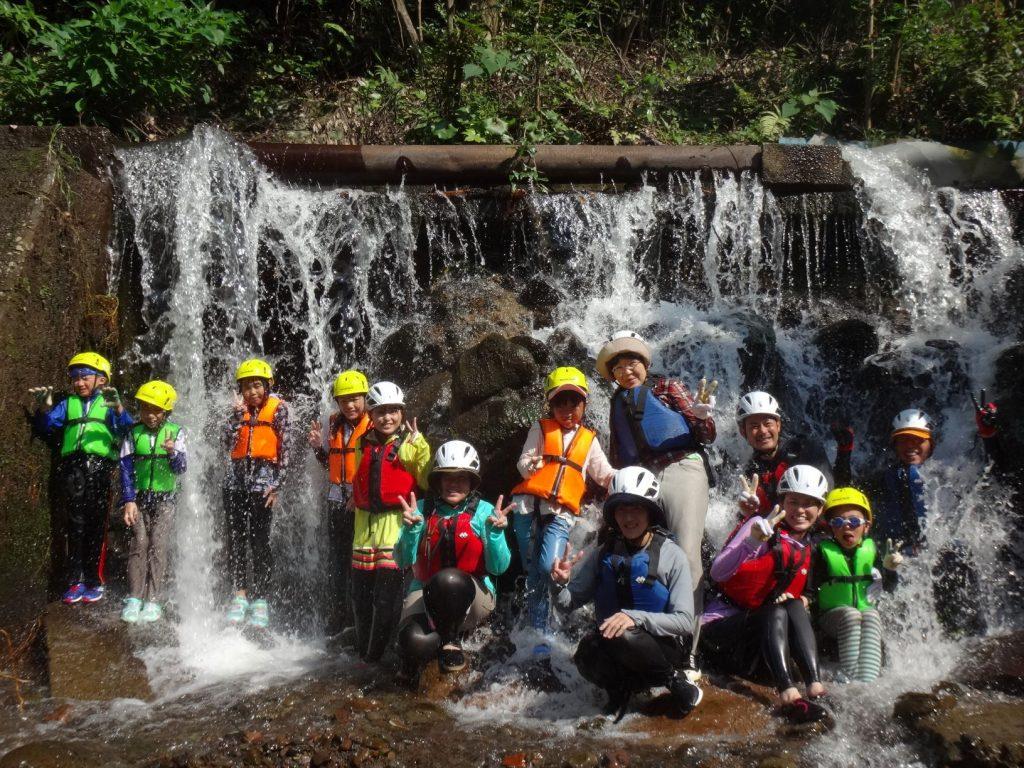 「沢歩き・沢遊び」のイベントでは、ライフジャケットを着用し、水辺での活動も行う