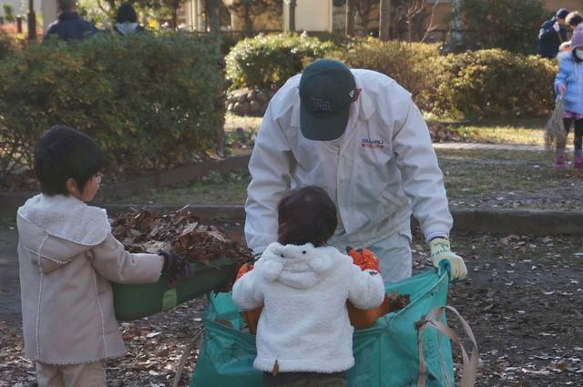 「ボラの会」の年配者と子供たちが<br />落ち葉掃き