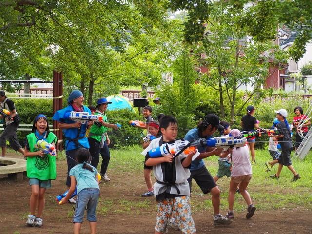 常連の参加者は立派なMy水鉄砲を持って参戦する