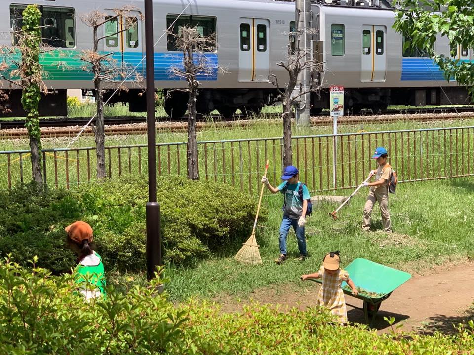 「草刈り&ピザ」での草刈り。公園のすぐ脇を西武新宿線の電車が通る