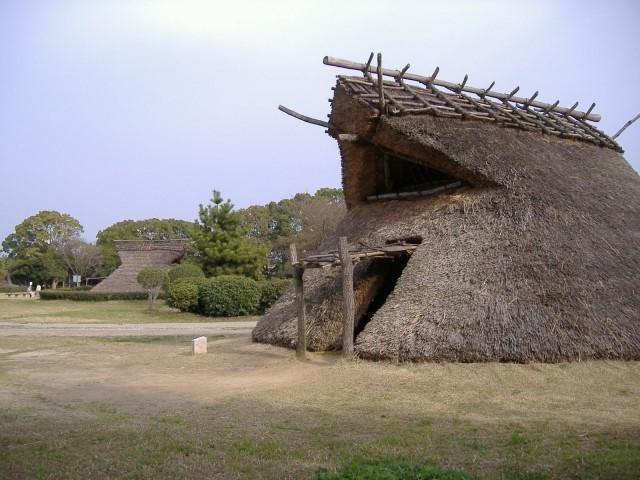 職人の建てた竪穴住居は<br/>カヤもきれいにそろっている