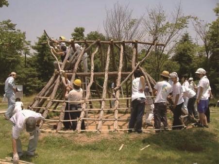 切り出した木材は皮をむくなど処理をしてから使う