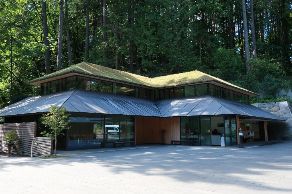 地形と建築とがひとつに融け合った景観を作るために屋根を緑化