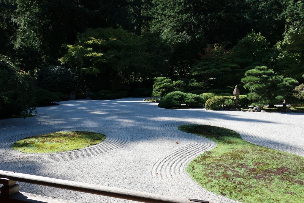 造形要素のひょうたんと盃は京都・三宝院の苔庭と同じ模様