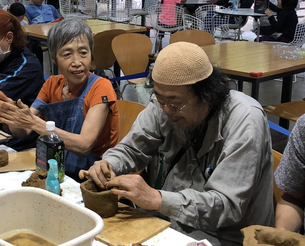 縄文土器を夢中で作る発起人の金子さん(右)と好きな形を楽しみながら作る佐々木さん(左)