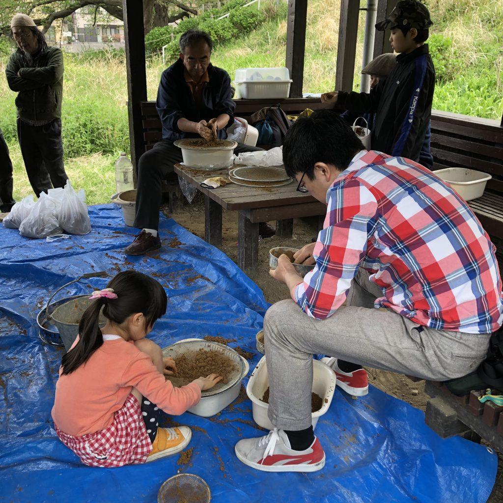 リピーターの他に親子も参加していて、様々な年代の人が土器作りを楽しんでいる