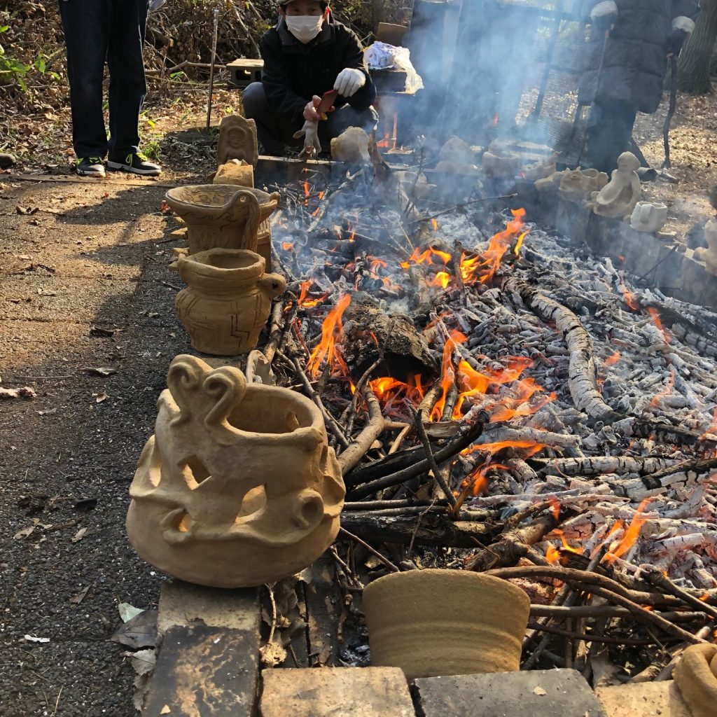いきなり強い火に入れると割れることもあるため、ある程度火が落ち着いてから野焼きを開始する