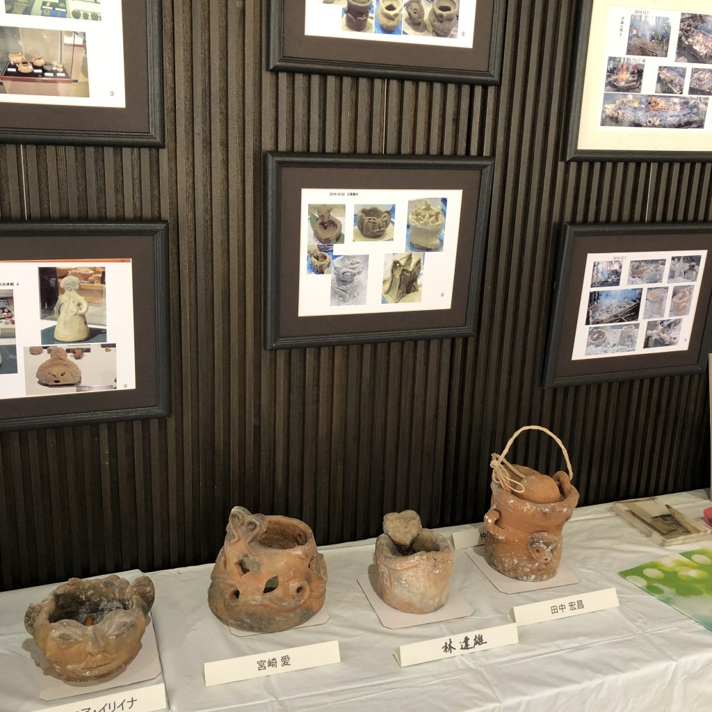 土器展示では、活動中の写真なども展示している