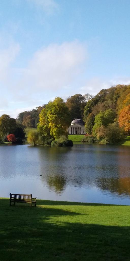 池を周遊するように作られた園路を歩くことで、<br/>様々な角度から絵画のような景色を見ることができる