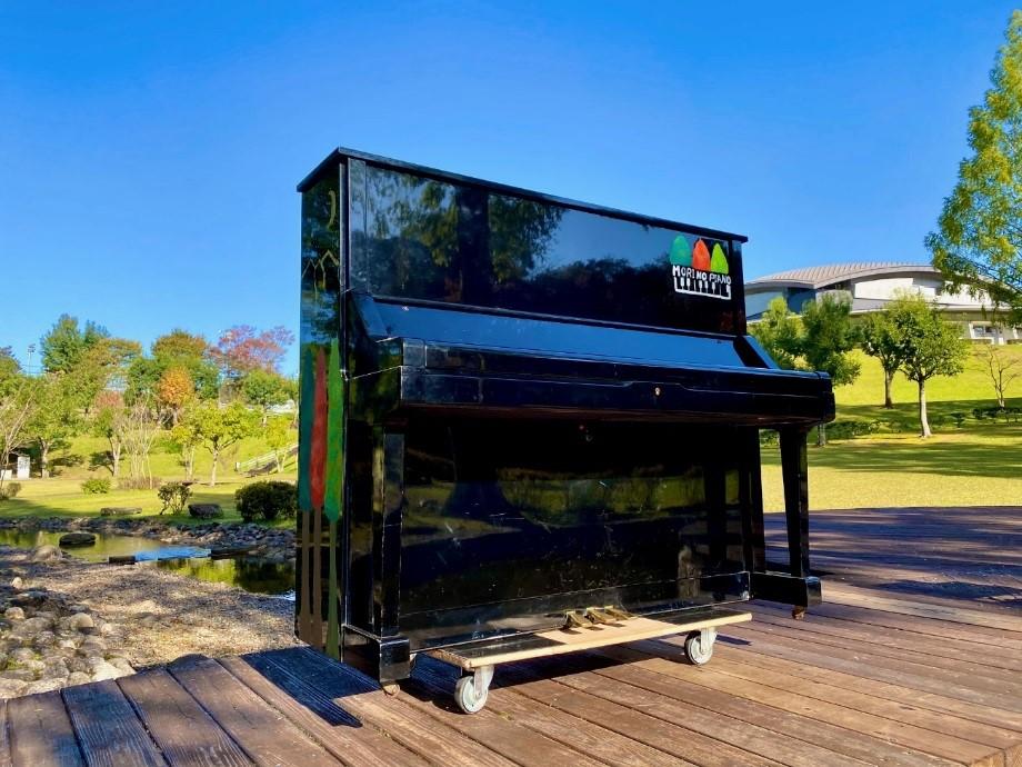 ピアノは、専用の手作りの台車を用いて<br/>四万十会館職員2人で園内を移動している
