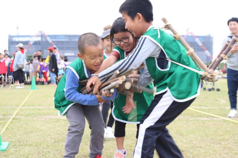 2019年のモリンピックの様子。<br/>5人一組で、目分量で間伐材20Kgを計って運ぶ競技