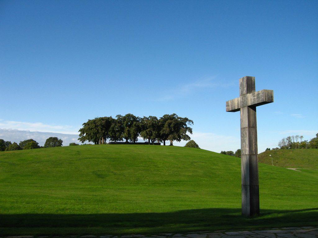 シンボルとなっている十字架。奥にあるのは楡の高台の瞑想の丘