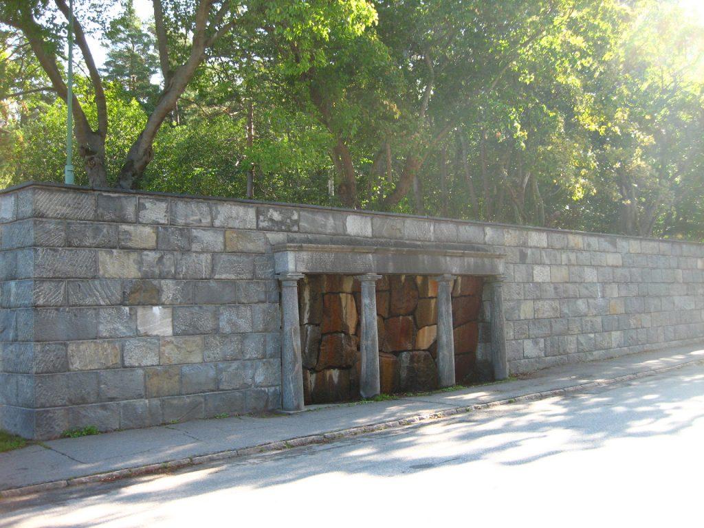 入り口からのアプローチにある泉が神聖な場所へ向かう印象を与える