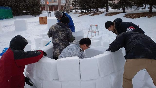 雪を型に入れ、ブロックをつくりそれを積み重ねて作るイグルー