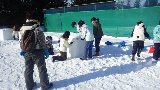 2019年からは地元中学の美術部の生徒が<br/>雪像作りに参加