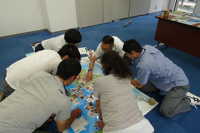 世界地図や写真を使ってグローバルな目線で考えるプログラム