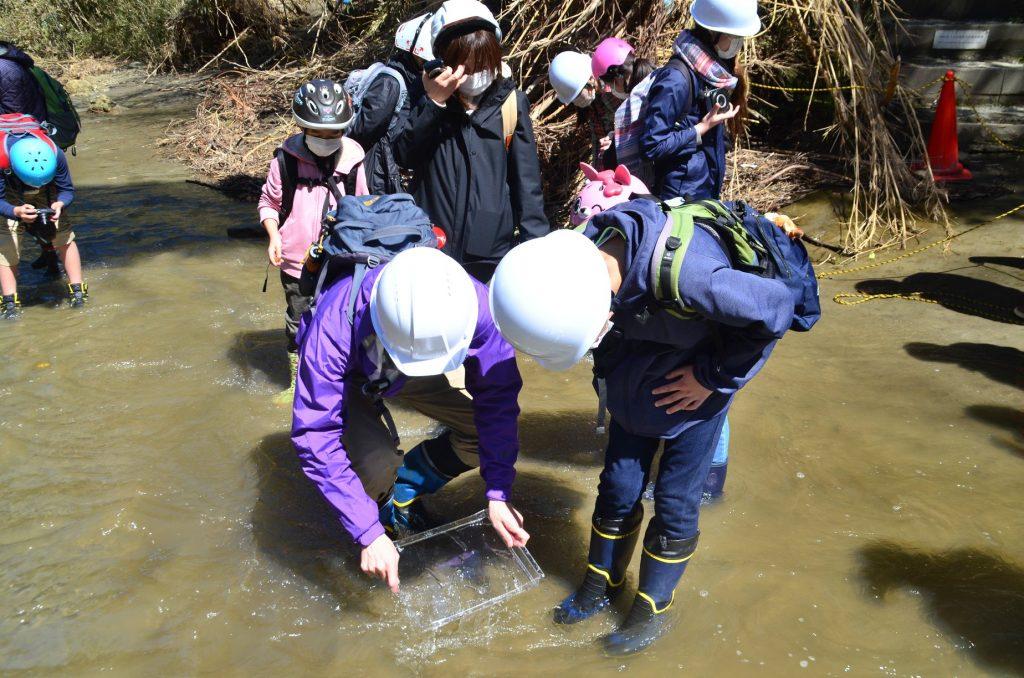 「理科の修学旅行」で実施した化石を探す活動では、安全確保のため長靴とヘルメットを着用した