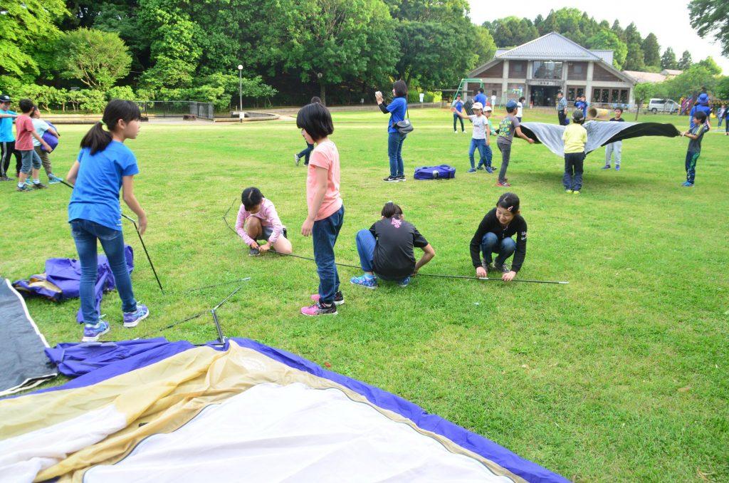 夜は閉園する公園に泊まるため<br/>自分たちでテントを立てる子供たち<br/>(あけぼの山農業公園)