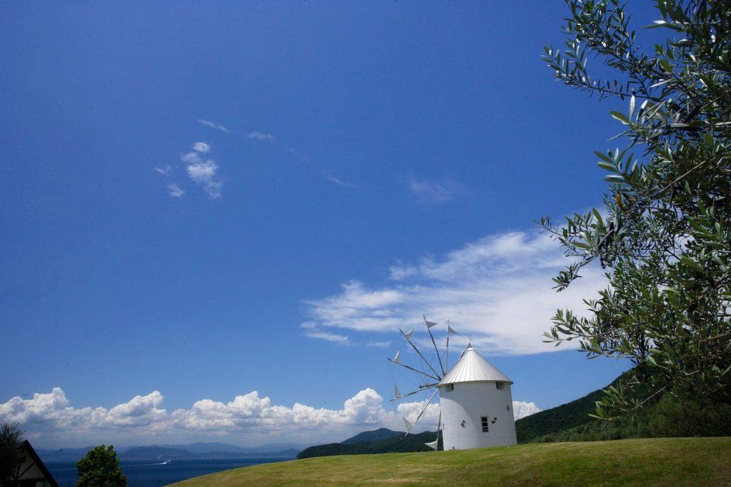 海が望める高台にあるオリーブ公園のシンボル<br/>「ギリシャ風車」