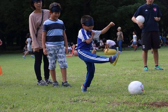 ブラインドサッカーでは音を頼りに動くため、<br/>止まっているボールを蹴るのは難しい